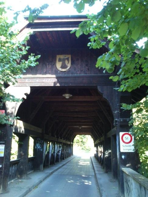 Schöne gedeckte Holzbrücke über die Birs in Münchenstein