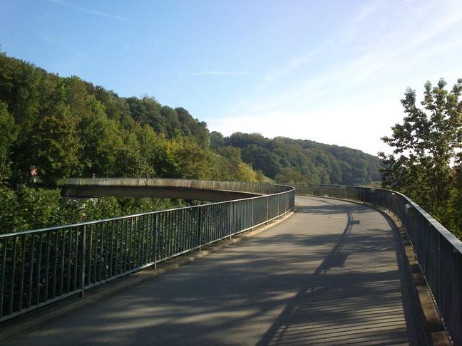 """Die """"Bananenbrücke"""" über die Autobahn J18"""
