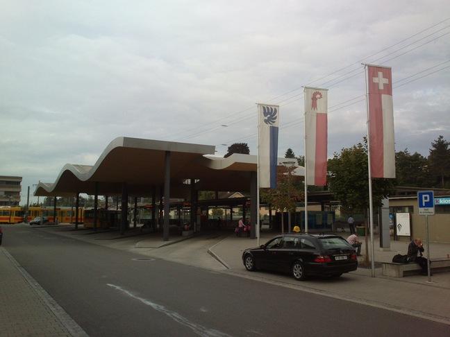Bahnhof Arlesheim mit schön geschwungenem Dach des Busterminals