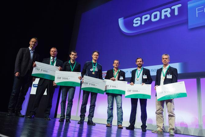 Adrian Schlatter nimmt den Preis für den IWB Basel Marathon in Empfang